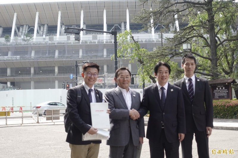 前行政院長賴清德10日下午參觀興建中的東京奧運主場館,由日本體育振興中心理事長大東和美(左2)出面接待並進行簡報。(記者林翠儀攝)