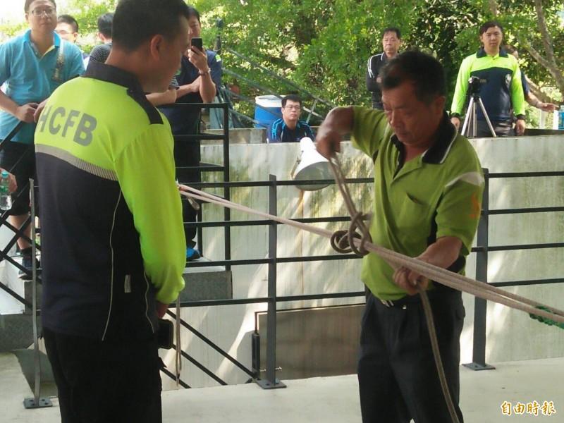 為全面提升義勇消防人員人命救援能力,內政部消防署民力運用組陳群應今天到竹市抽測義消4項救災能力。(記者王駿杰攝)