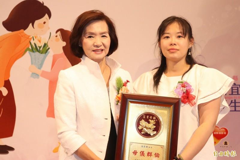 張家琪(右)是今日縣政府模範母親表揚典禮中,最年輕的模範母親。(記者林敬倫攝)