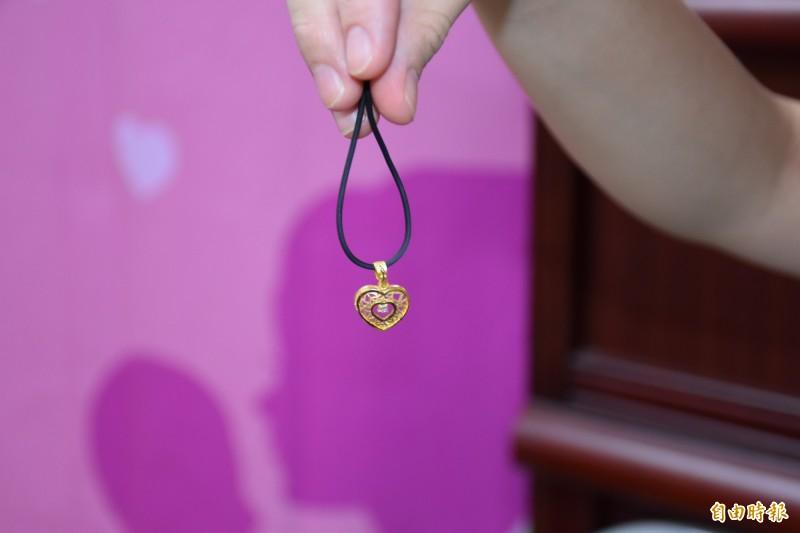 台西公所送給模範母親們訂製金項鍊。(記者林國賢攝)