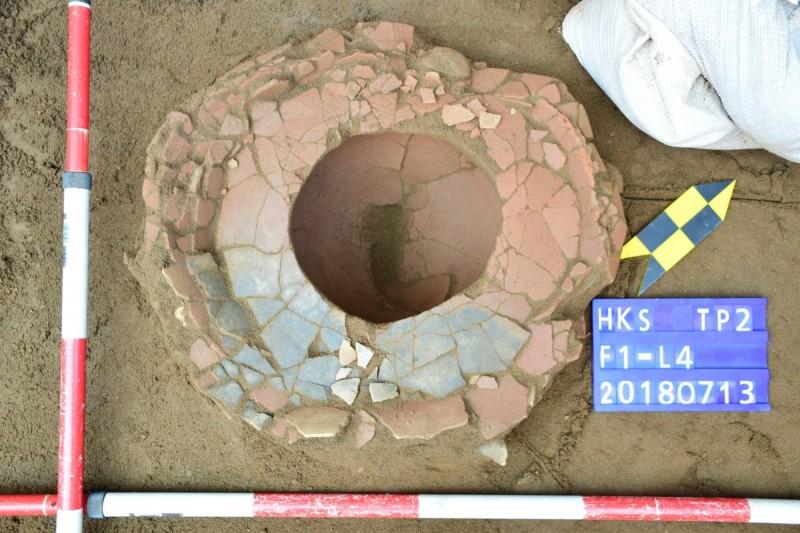 花蓮考古團隊自花岡山遺址考古發掘出的史前陶器底部。(花蓮縣文化局提供)
