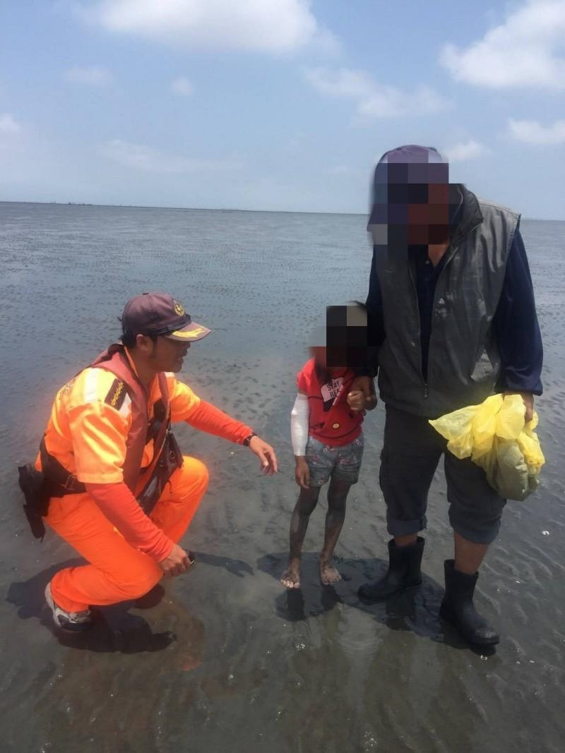 小女童陪著阿公拾牡蠣文蛤,卻一度失蹤。(海巡署提供)