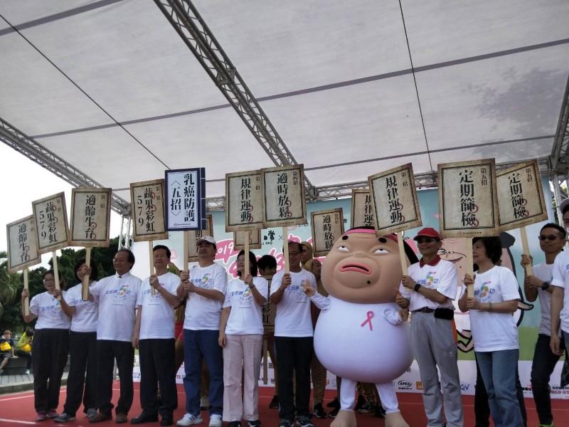 癌症基金會舉辦健走活動,呼籲民眾帶媽媽去做乳房篩檢,避免罹患乳癌。(台灣癌症基金會提供)