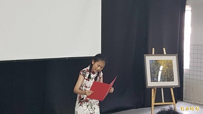嘉義市大同國小學童張本鈺現場朗誦顧德莎「油桐花」、「柑仔園的勞動者」等詩作。(記者丁偉杰攝)