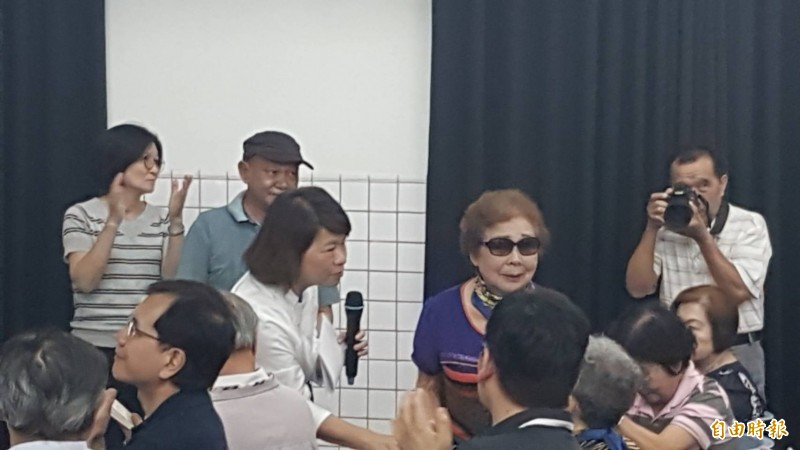 嘉義市長黃敏惠(左)到場慰問顧德莎的母親(右)。(記者丁偉杰攝)