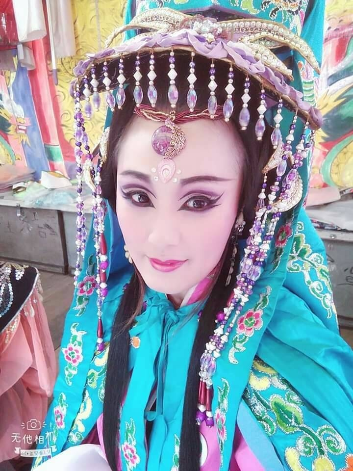 紅牌歌仔戲女星洪洪將打扮成媽祖贈送民眾姻緣線。(聖旻宮提供)