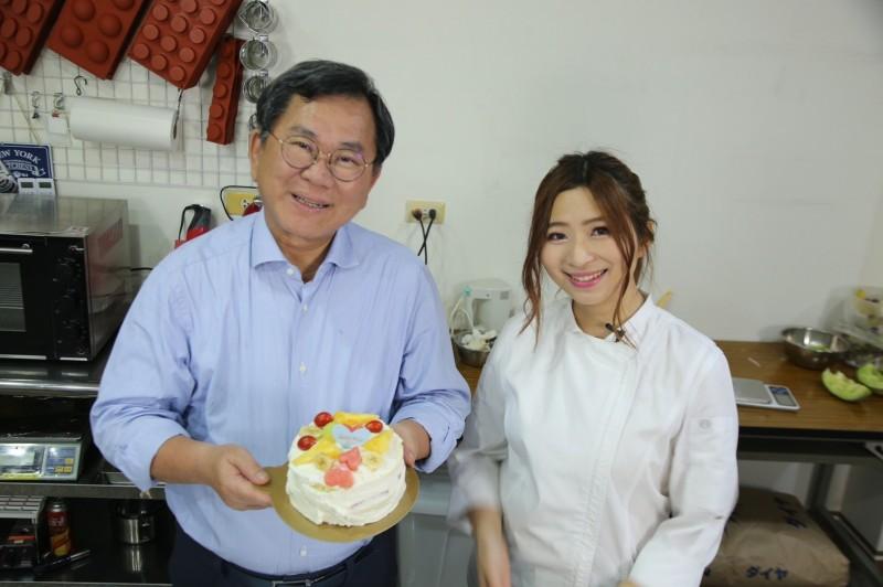 陳明文向正妹竹崎鄉代邱韻潔(右)學做蛋糕。(記者林宜樟翻攝)