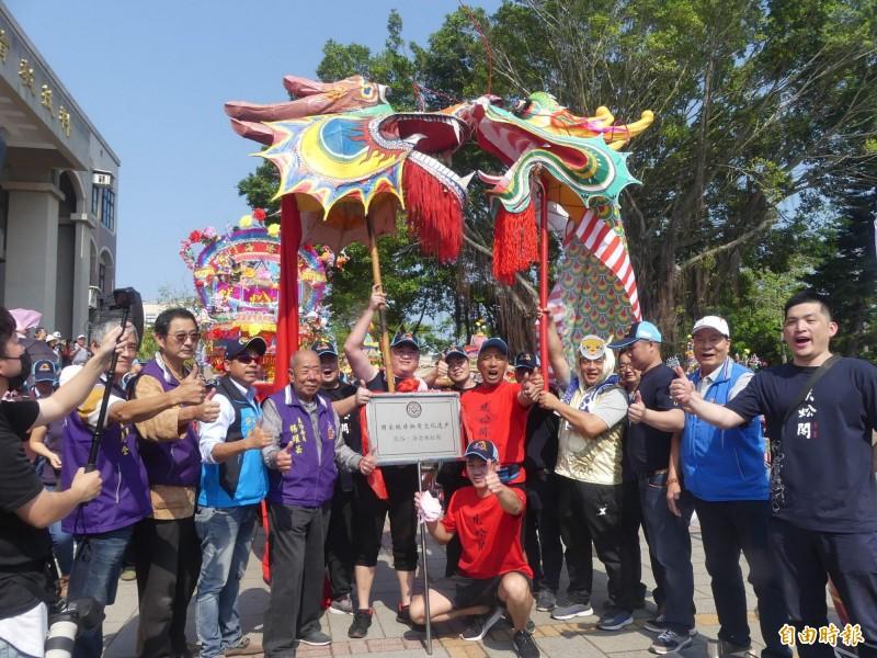 金門蜈蚣座與來自中國廈門的「海滄蜈蚣閣」以象徵「好彩頭」的方式,進行「龍頭對龍頭」互動。(記者吳正庭攝)