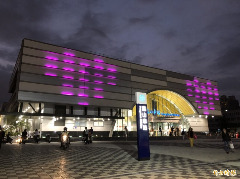 鳳山火車站今晚上演燈光秀,向全天下的媽媽致敬。 (記者陳文嬋攝)