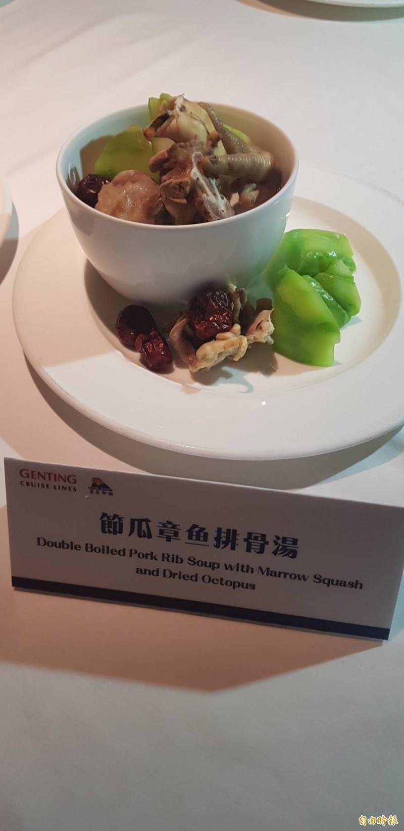 麗星郵輪集團新任行政主廚朱而文,在寶瓶星號「王朝」餐廳為喜愛湯品的台灣旅客,依照節氣獻上8款港式煲湯。(記者俞肇福攝)