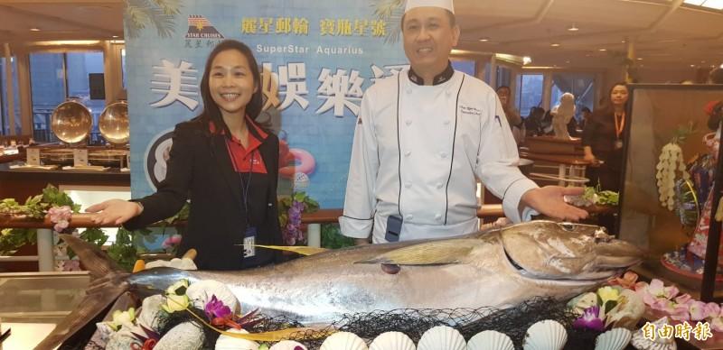 麗星郵輪集團台灣區業務部副總裁劉曉寧(左)表示,在寶瓶星號除了可以吃到永康街知名的芒果冰外,各式新鮮海鮮各國料理,船上一應俱全,滿足台灣人的味蕾。(記者俞肇福攝)