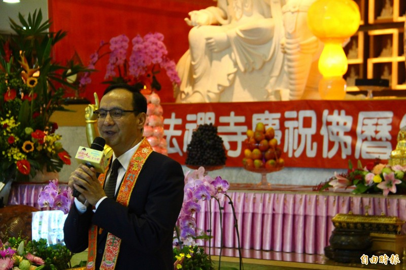 朱立倫出席土城區慈法禪寺參加浴佛節活動。(記者邱書昱攝)