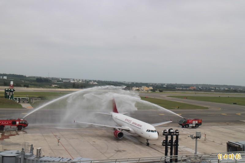 中國吉祥航空首航澎湖,獲得噴水禮禮遇。(記者劉禹慶攝)