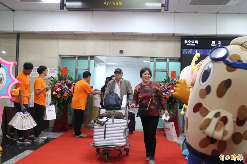 澎湖縣政府歡迎中國上海首航旅客,安排機場迎賓致贈伴手禮。(記者劉禹慶攝)
