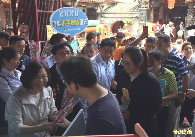 母親節蔡英文(左)今天在彰化市南瑤宮發康乃馨,並祝福大家母親節快樂。(記者湯世名攝)