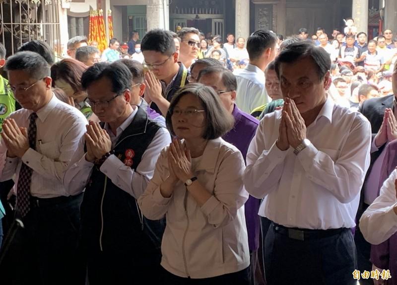 母親節蔡英文(右2)今天在彰化市南瑤宮向媽祖祈福。(記者湯世名攝)