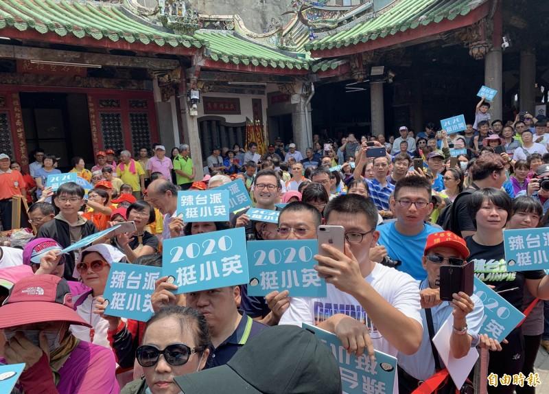 母親節蔡英文今天在彰化市南瑤宮發康乃馨,大批支持者高舉標語支持她連任。(記者湯世名攝)