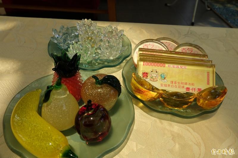 台灣玻璃廟敬獻的花果金箔,全是玻璃製品。(記者劉曉欣攝)
