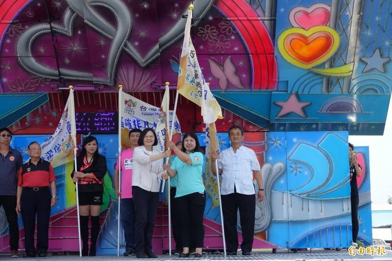 總統蔡英文站上舞台車為志工團隊授旗。(記者劉曉欣攝)