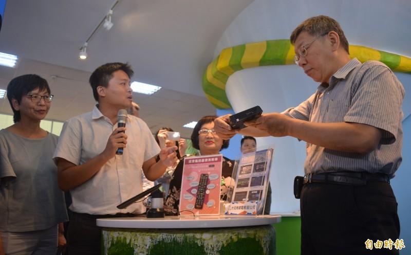 台北市長柯文哲(右一)今天上午到台中大里參訪「台灣數位光訊科技集團」,針對「親美抗中」議題表示不要「草螟仔弄雞公」。(記者陳建志攝)