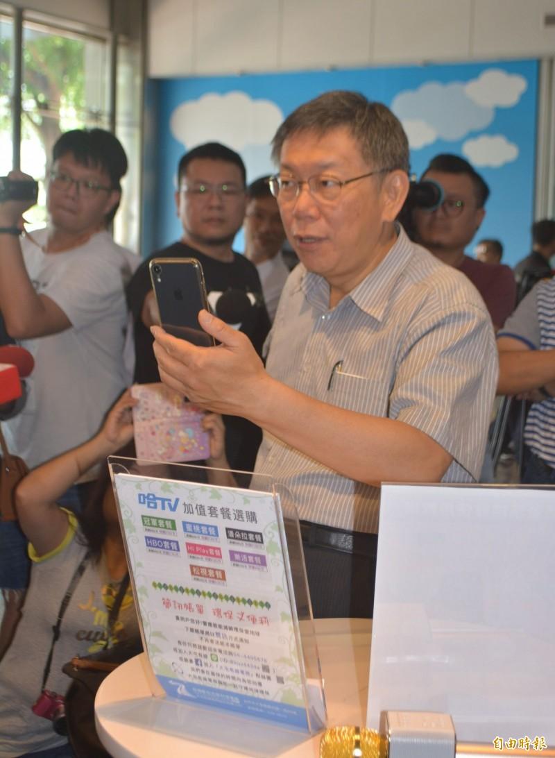 台北市長柯文哲(右一)今天上午到台中大里參訪「台灣數位光訊科技集團」,對於該集團開發的「4K語音機上盒」可互動、查詢,認為可推廣給長輩。(記者陳建志攝)
