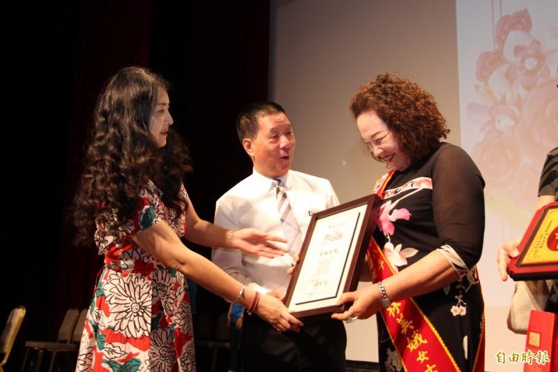 曾林美娥(右)獲選台東市模範母親,由市長張國洲頒獎表揚。(記者黃明堂攝)