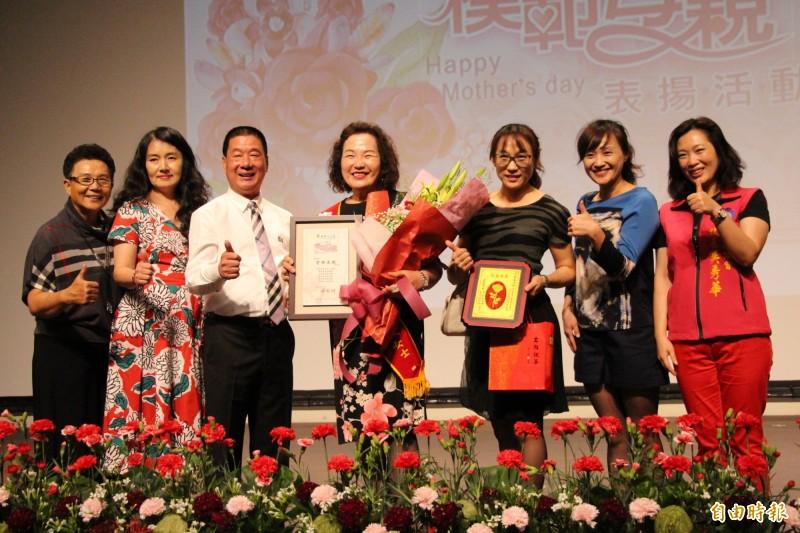曾林美娥(中)獲選台東市模範母親接受表揚。(記者黃明堂攝)