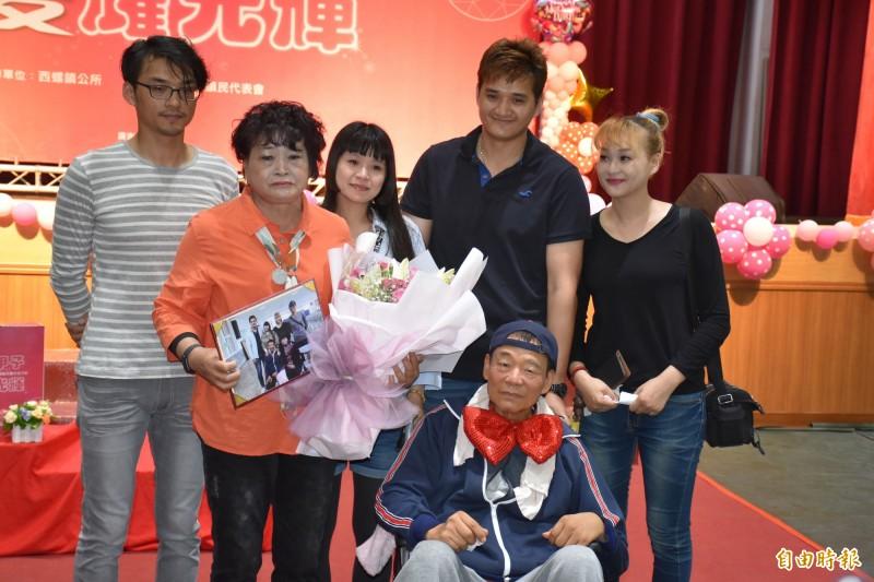 鎮長鄭玲惠家人無預警出席,大聲說出「媽媽我們永遠愛妳」。(記者詹士弘攝)