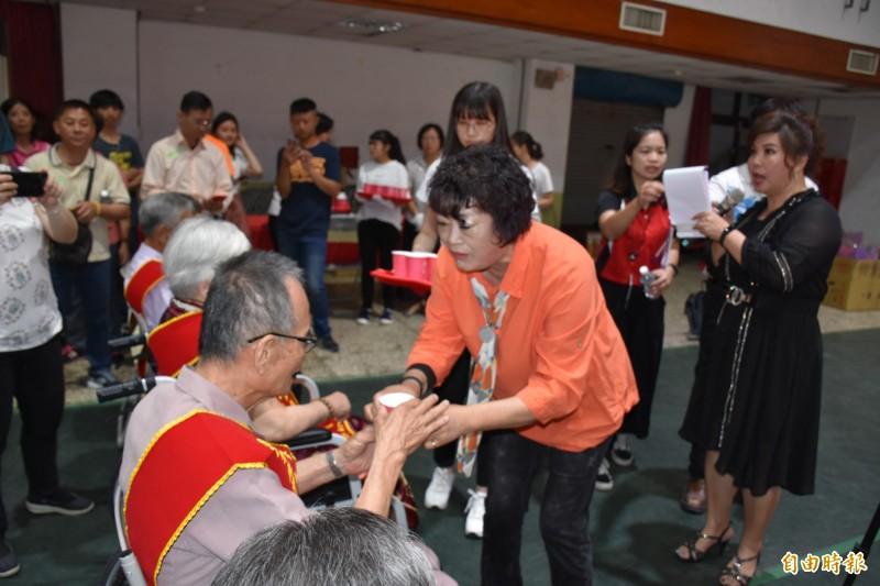 西螺鎮長鄭玲惠家向模範母親奉上甜茶,以表達對模範母親的敬意。(記者詹士弘攝)
