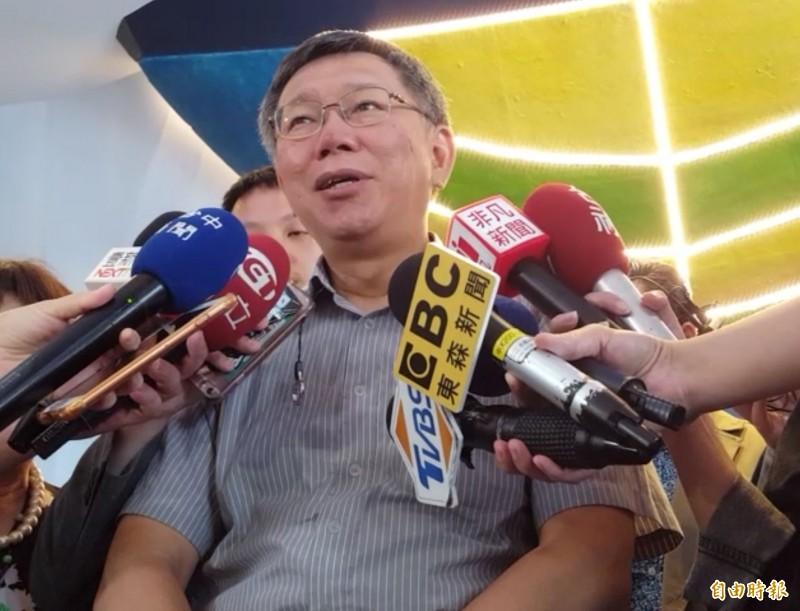 台北市長柯文哲昨晚前往台中一中夜市,柯粉和媒體記者爆發衝突,柯文哲今天呼籲大家要和平、理性。(記者陳建志攝)