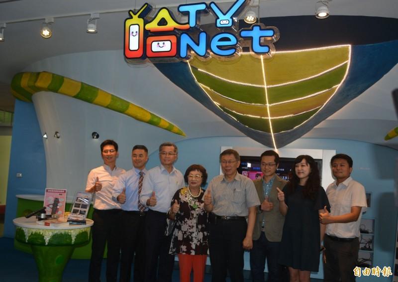 台北市長柯文哲(右四)展開下鄉學習之旅,今天上午參訪地方有線電視「台灣數位光訊科技集團」。(記者陳建志攝)
