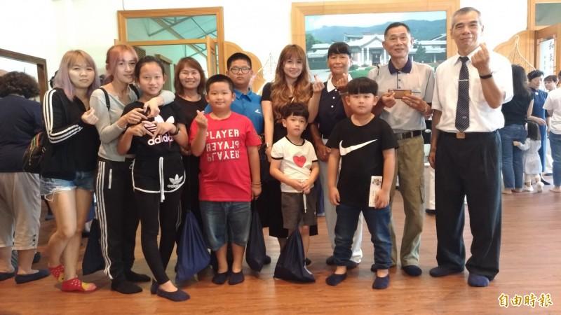 加入慈濟超過30年的張錦惠(後排右3)全家三代到場參加並接受子孫奉茶及獻花,溫馨滿滿。(記者廖淑玲攝)