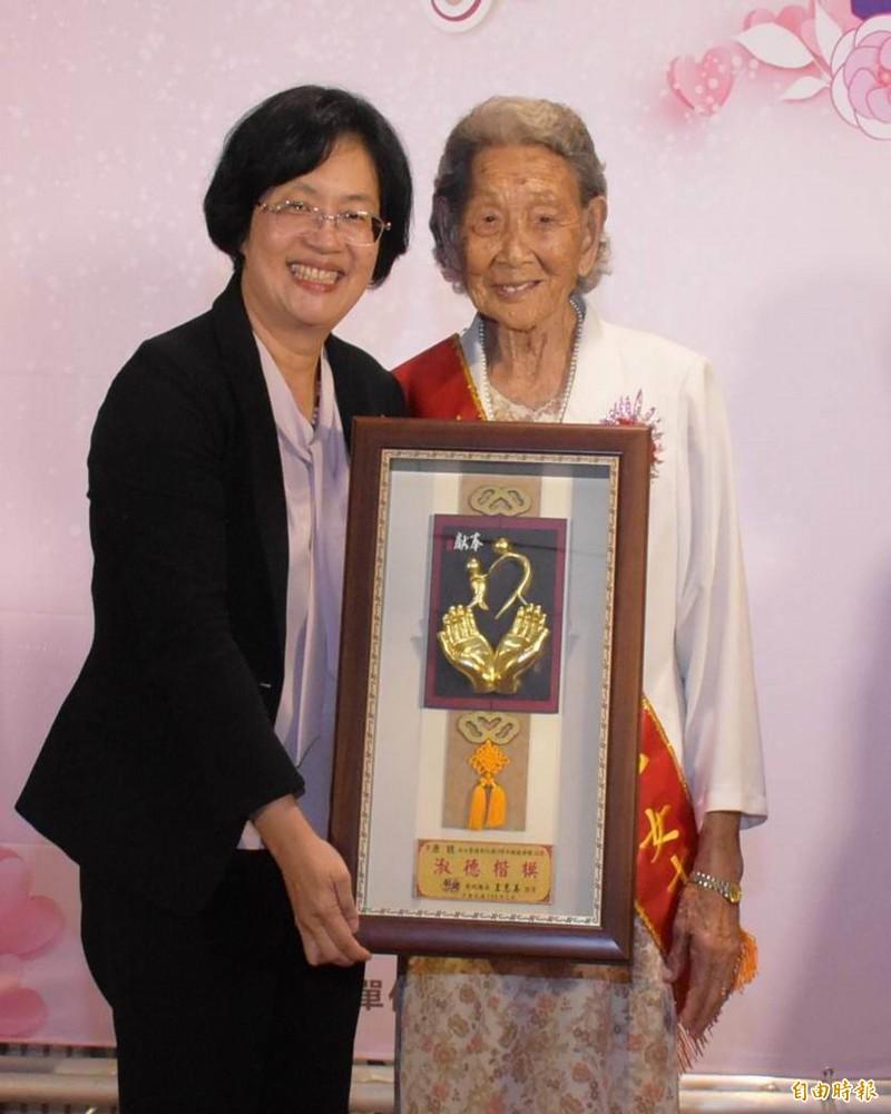 今年100歲的人瑞模範母親康鏡(右),縣長王惠美(左)感謝她無怨無悔付出,支撐起一個幸福的家園。(記者湯世名攝)