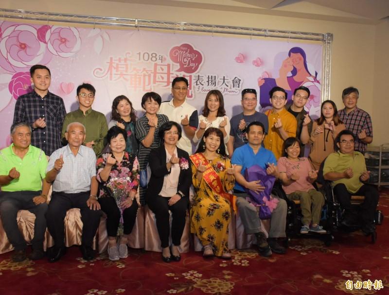 彰化縣肢體傷殘協進會推薦的黃麗妦(前排右4),積極參與公益活動回饋社會。(記者湯世名攝)