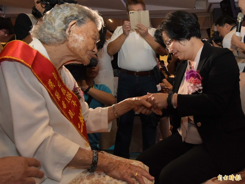 彰化縣長王惠美(右)體貼的為模範母親按摩手部。(記者湯世名攝)