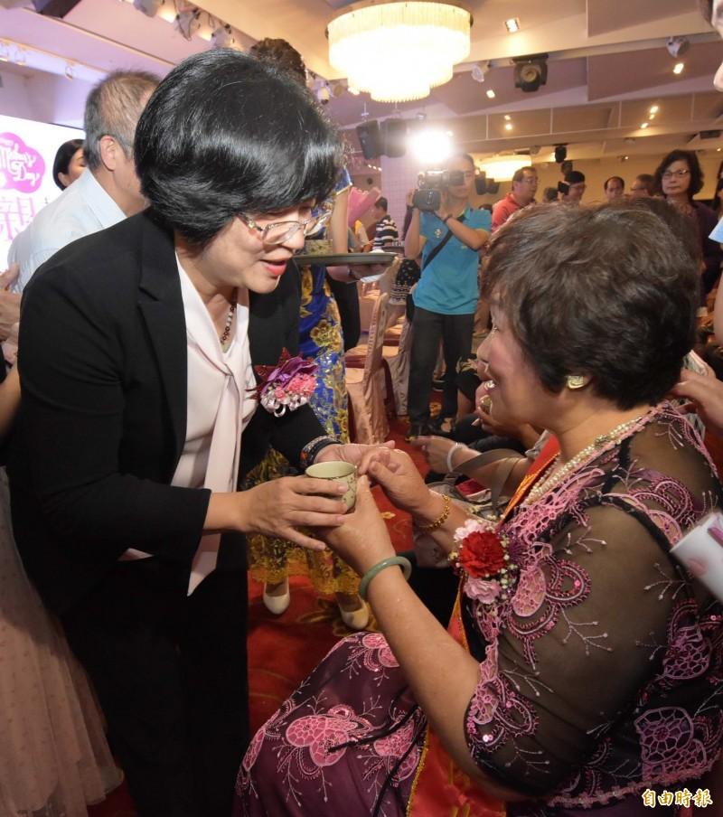 彰化縣長王惠美(左)體貼的為模範母親遞上茶水。(記者湯世名攝)