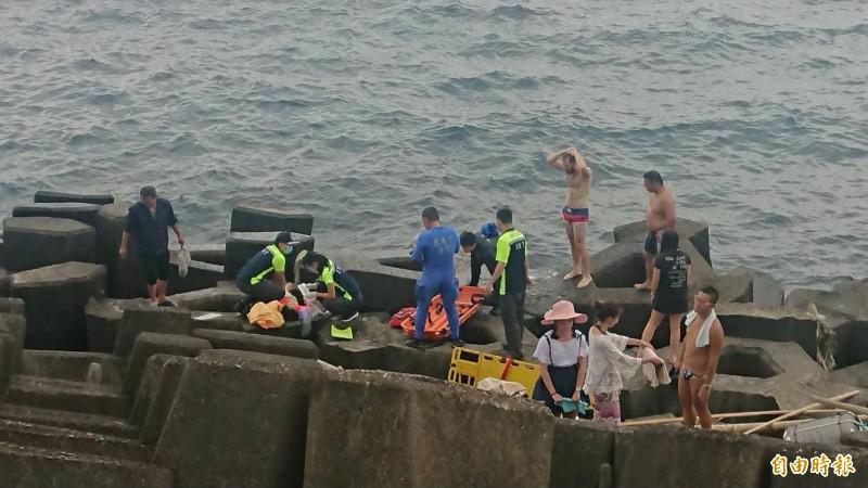 救護人員前往岸際救人。(記者吳昇儒攝)