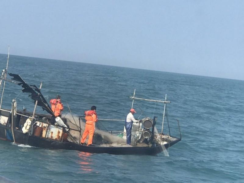 中國籍漁船今天早上入侵馬祖東引海域,佈放刺網漁具,馬祖海巡隊今天早上接獲通報派船艇趕到現場,當場查扣漁具與船員,海巡隊將人船帶回依法送辦。(記者俞肇福翻攝)