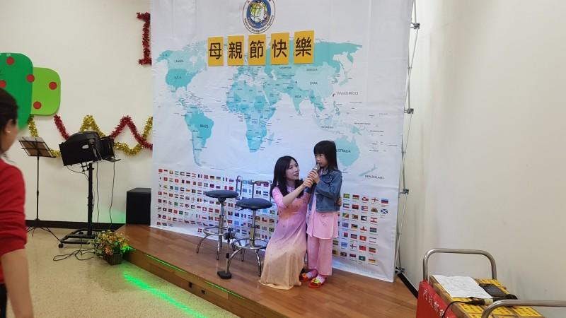 移民署舉辦母親節活動,越南新二代謝孟庭(右)才6歲,藉著朗讀短詩獻給媽媽陳玉水(左)。(記者王冠仁翻攝)