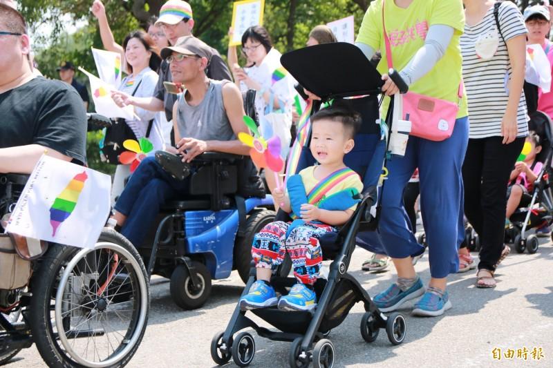 苗栗縣性別平權遊行中,小朋友及身障者皆揮舞彩虹旗,出席性別平權遊行。(記者鄭名翔攝)