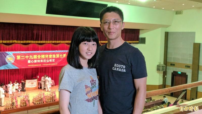 李昀蓁(左)獲得珠算十傑的殊榮,歸功於爸爸李文雄(右)的長期陪伴練習。(記者吳政峰攝)