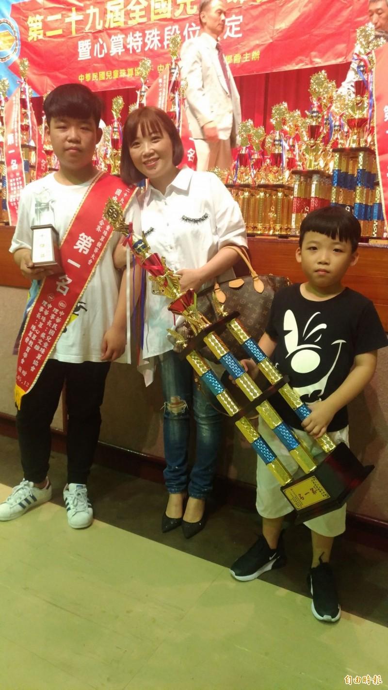 林緯俊(左)與弟弟林旻諺(右)均拿到冠軍,媽媽劉秋汝(中)笑說「這是最好的母親節禮物!」(記者吳政峰攝)