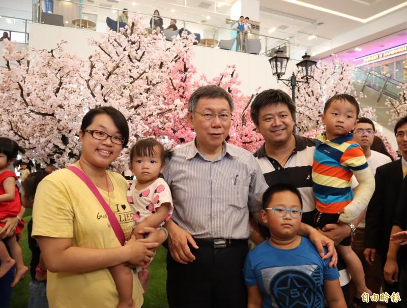 台北市長柯文哲到台中港三井outlet參訪,宛如可愛動物區吉祥物,民眾爭相與其合照。(記者歐素美攝)