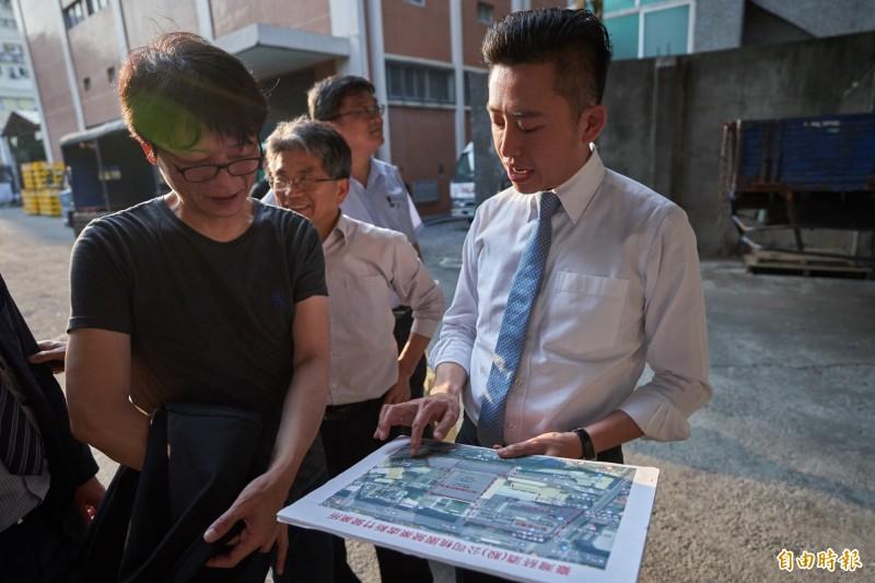 台灣菸酒公司副總也是前新竹市文化局長廖志堅(左)來新竹市,與市長林智堅(白襯衫者)會勘是「市定古蹟」的新竹專賣局(現稱台酒公司新竹營業所),對其建築很讚賞,將努力爭取修復活化,打造成新竹的「松菸」,成為全民共享的開放場域。(記者洪美秀攝)