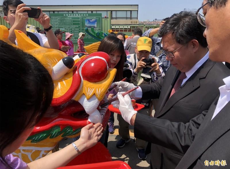 鄭文燦(右2)等人主持桃市市長盃龍舟賽龍舟點睛祈福儀式。(記者李容萍攝)