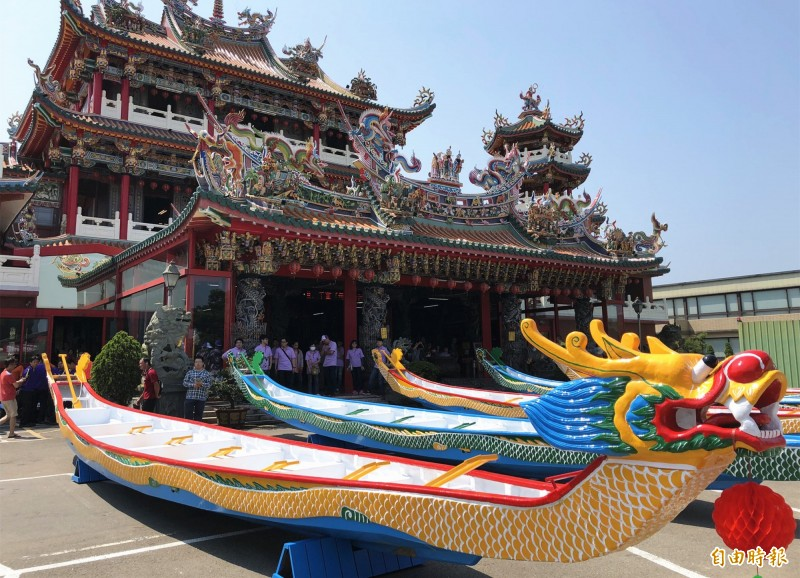 桃市市長盃龍舟賽龍舟一字排開進行點睛祈福儀式。(記者李容萍攝)