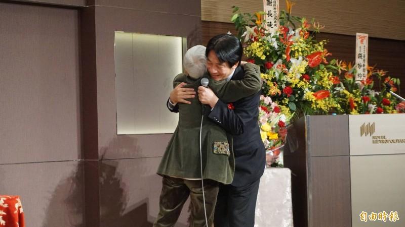 前國策顧問金美齡給予賴清德擁抱。(記者林翠儀攝)