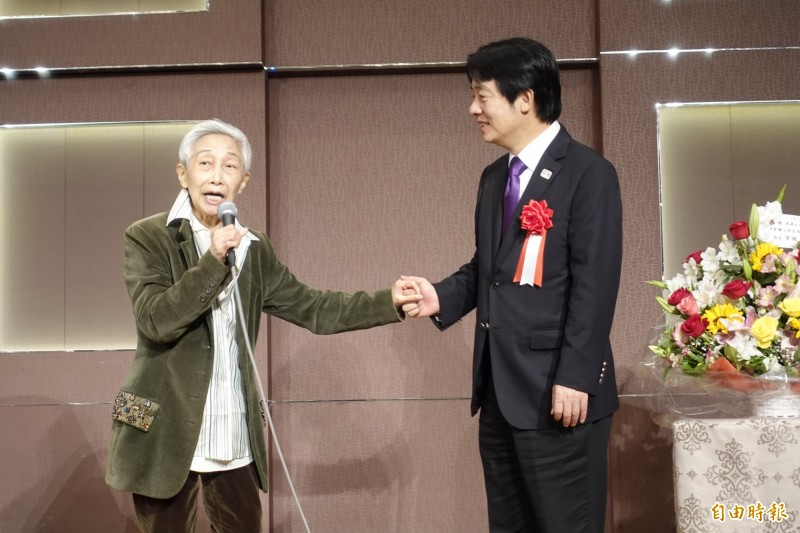 前國策顧問金美齡上台致詞緊抓賴清德的手,鼓勵他未來也能像安倍一樣站在國際社會的中心。(記者林翠儀攝)