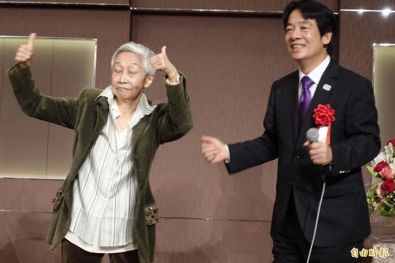 前國策顧問金美齡舉起雙手比讚。(記者林翠儀攝)