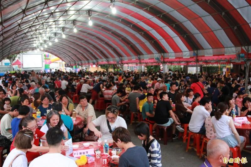 頭份四月八辦桌宴今晚在市公所前廣場舉行,千人齊聚共渡佳節。(記者鄭名翔攝)